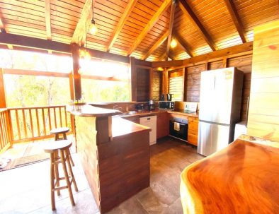 La magnifique cuisine tout en bois du gîte le Baliste