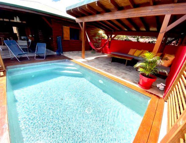 Une autre vue de la piscine du gîte le Baliste